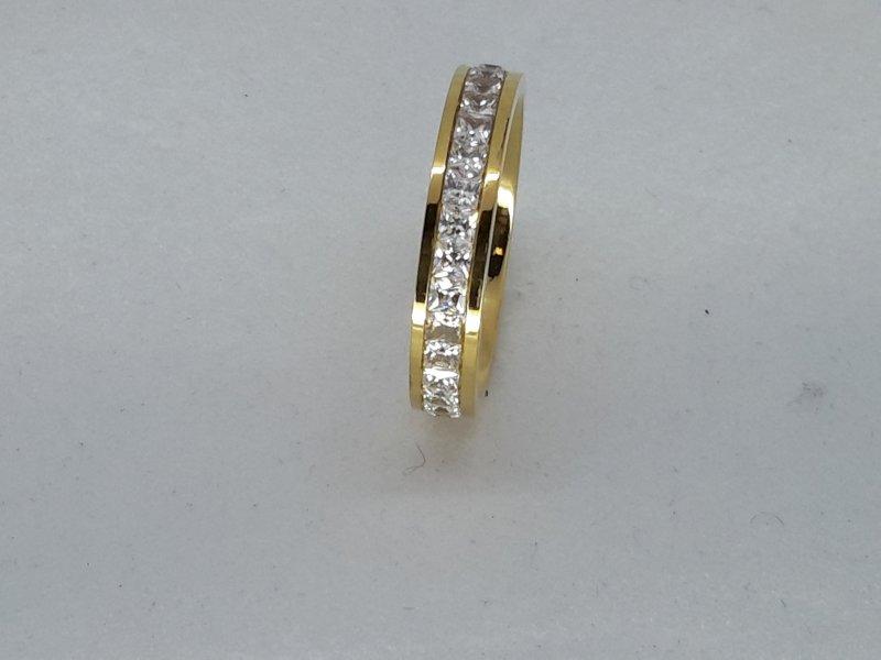 Edelstaal Ringen Goudkleurig gezet rond omheen met facet geslepen kristal, doos 36 st