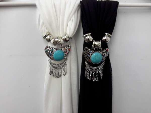 Sjaal gebroken wit en zwart met hanger: Tibetaanse geluk hanger met ronde turquoise steen.