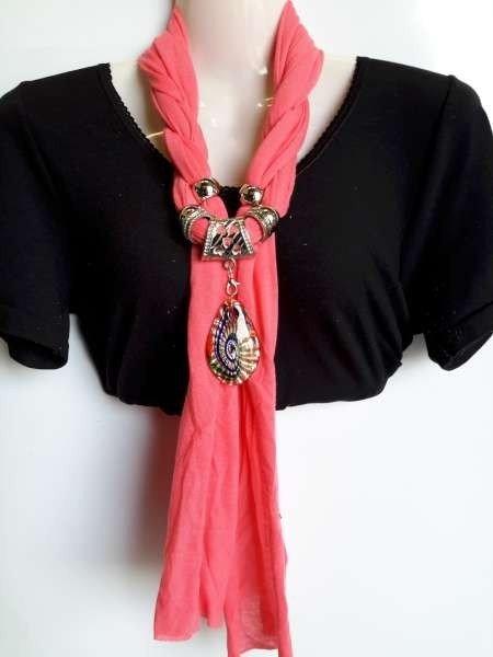 Sjaal met murano glashanger, kleur zalmroze.