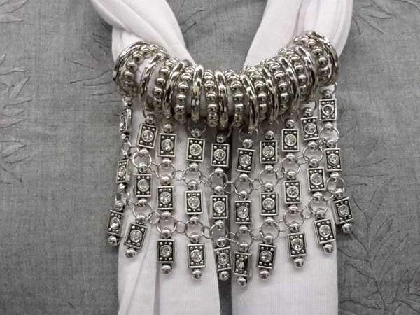 Sjaal met 19 ringen en 10 kettinghangers met strass, 5 kleuren
