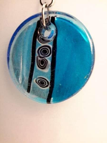Hanger: ronde blauwe murano met zwart en witte accenten