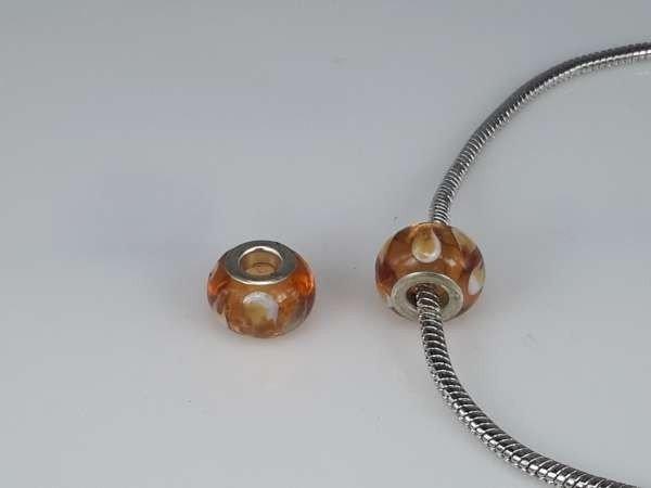 Bedeltje: pandora style murano, oranje-bruin, wit en zilver