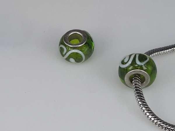 Bedeltje: pandora style murano, groen met witte krul en zilver