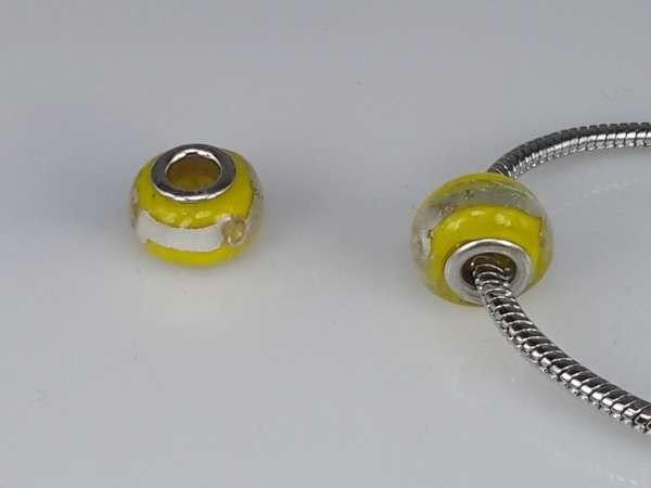 Bedeltje: pandora style murano, geel met zilverkleurige streep