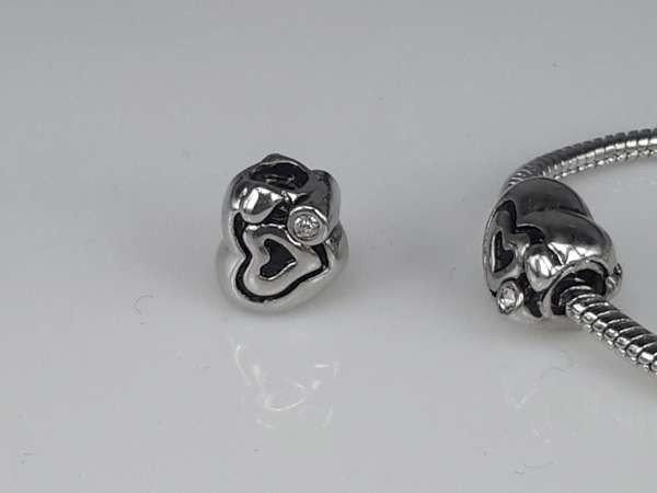 Zilverkleurige pandora style bedel: hartje met zwarte lijntjes en strasssteentje