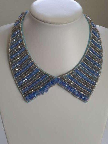 Halskraagketting, blauw-goudkleur, blauwe-beige factkralen, bronskleurige kettingsluiting