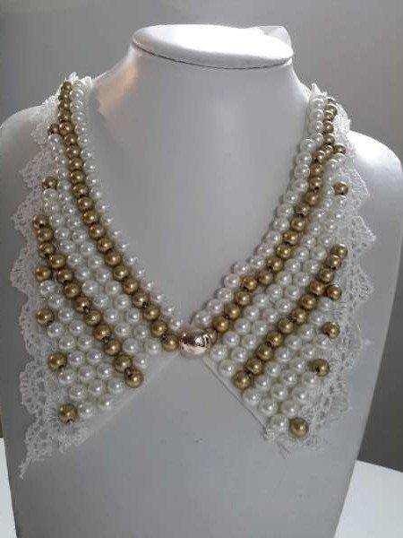 Halskraagketting, wit, kant, parelmoer en goudkleur kralen, lintsluting