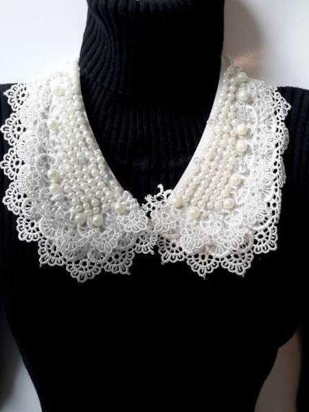 Halskraagketting, wit, gehaakte rand, parelmoer kralen, haaksluiting voorkant