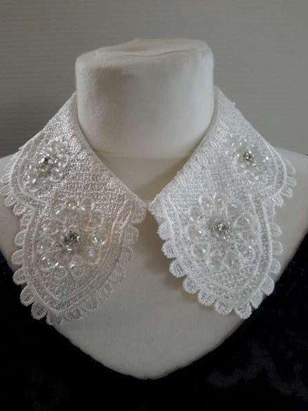 Halskraagketting, wit, fijn gehaakt kant op zijdestof, 8 zirkonia's, drukknoopsluiting