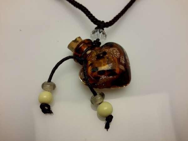 Touwketting, bruin,, hanger: bruin hartvormig muranoflesje, facetkraal en diverse kralen