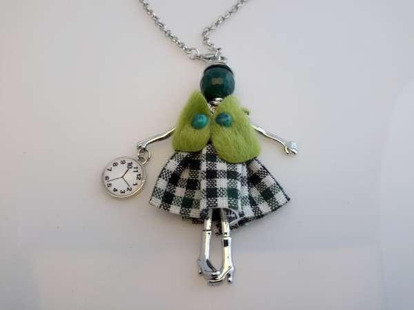 Schakelketting, metaal, hanger: poppetje, jurkje wit-groen, vestje limoengroen