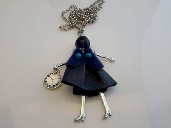 Schakelketting, metaal, hanger: poppetje, jurkje en vestje donkerblauw