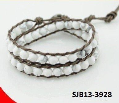 Wrap armband, crème-grijs leer, ronde witte Howliet turquoise edelstenen kralen