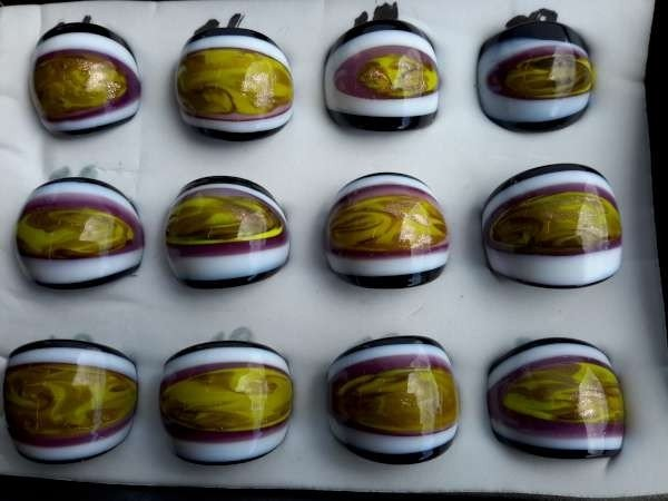 Ring, murano, zwart, witte randen, midden olijfgroen, paars en goud streep, 12 stuks