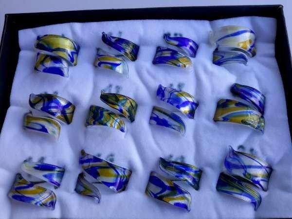 Ring, murano krullende model wit, blauw en goudgeel, 12 stuks