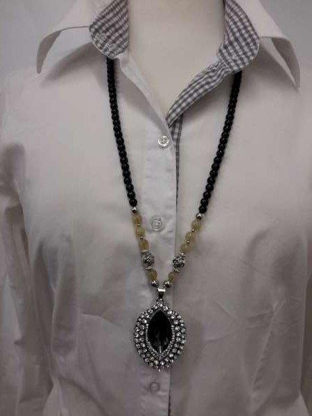 Kralenketting, 75 cm, zwart en zilverkl. kralen en beige edelsteenkralen, ovale hanger
