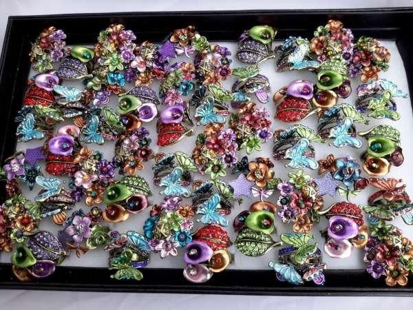 Ring, bronskleur, bont gekleurde bloemen, vlinders, strass, diverse modellen, assorti 50 stuks