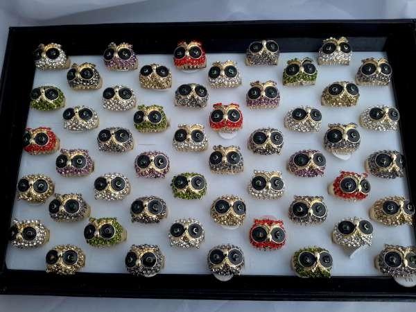 Ring, goudkleurig, uil met gekleurde strass, diverse kleuren, assorti 50 stuks