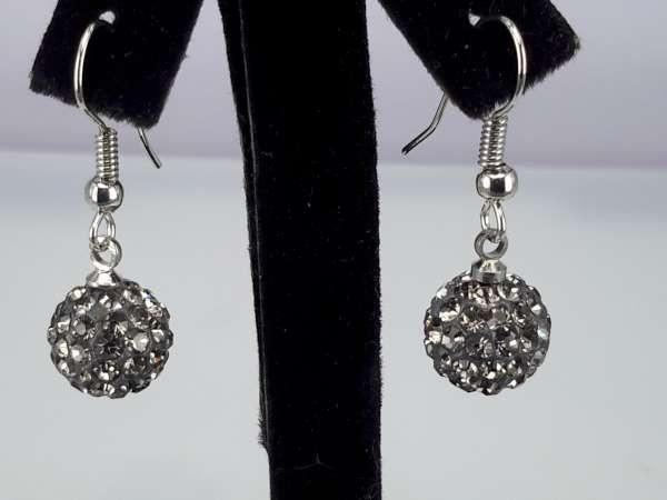 Oorbel, oorhanger, zilverkleur, hangende black diamond shamballa