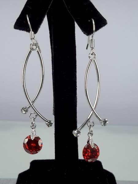 Oorbel, oorhanger, zilverkleur, zilverkleurige hanger, kleine ronde kristalsteen, rood