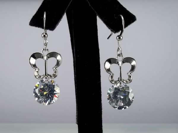 Oorbel, oorhanger, zilverkleur, zilverkleurige vlinder, kleine ronde kristalsteen