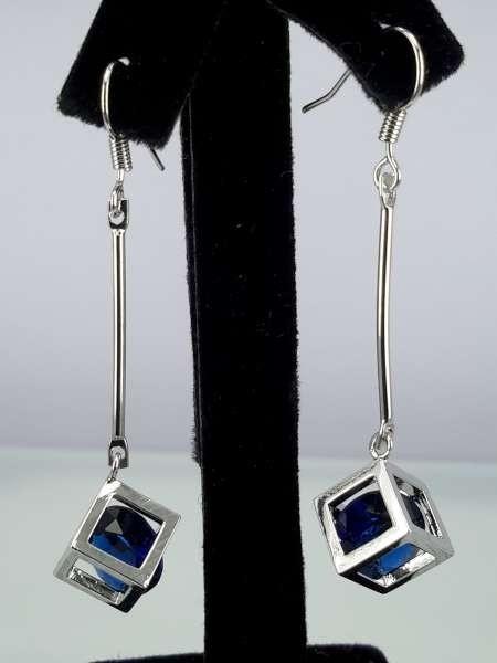 Oorbel, oorhanger, zilverkleur, zilverkleurige kubus met ronde kristalsteen, 3 kleuren
