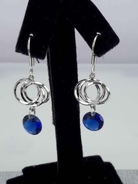 Oorbel, oorhanger, zilverkleur, 3 zilverkleurige ringetjes met ronde kristalsteen, 4 kleuren
