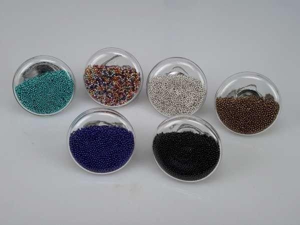 Ring, metaal, rond glas gevuld met gekleurde pareltjes, mixpakket 12 stuks
