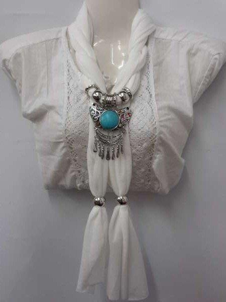 Sjaal gebroken wit met hanger: Tibetaanse geluk hanger met ronde turquoise steen.