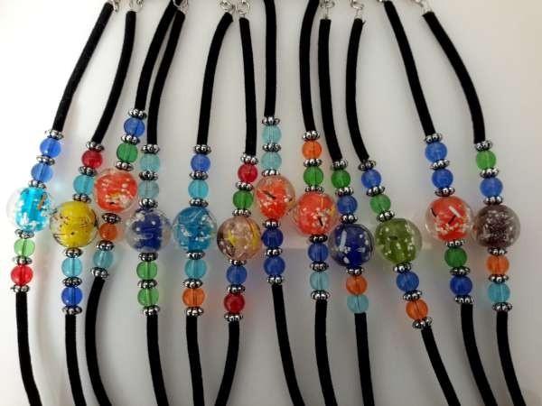 Zwarte armband met gekleurde kralen en glas murano bol, 12 assorti