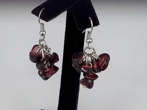 Oorbel, oorhanger met Sugiliet (paars-rood) edelsteentjes
