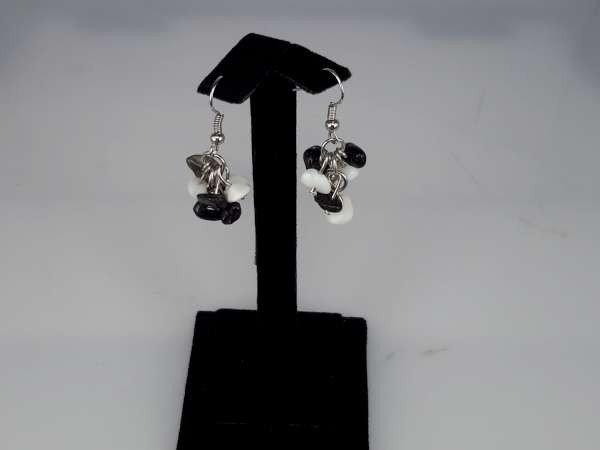 Oorbel, oorhanger met onyx en jade edelsteentjes (zwart en wit)