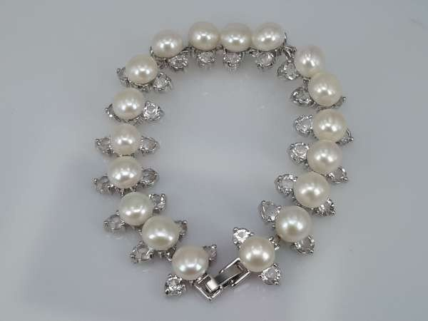 Armband, zilverkleur, 18 zoetwaterparels, met glassteentjes.