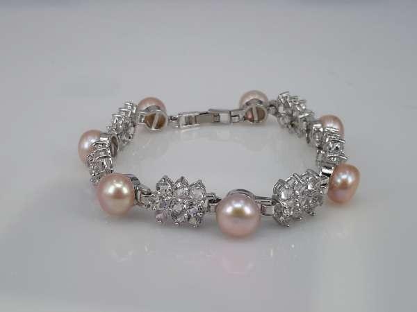 Armband, zilverkleur, 7 zoetwaterparels met glassteentjes, wit of rosé