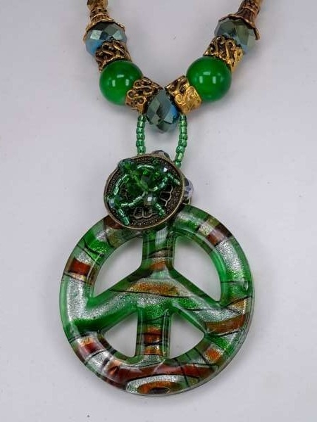 Bruine leren ketting: kralen en muranohanger: peace symbool in groen, bruin, zilver