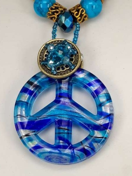 Bruine leren ketting: kralen en muranohanger: peace symbool in blauw, zilverkleur