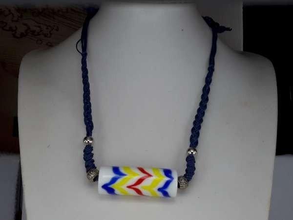Touwketting, gevlochten, blauw, tube-hanger: murano wit met blauw, geel, rood