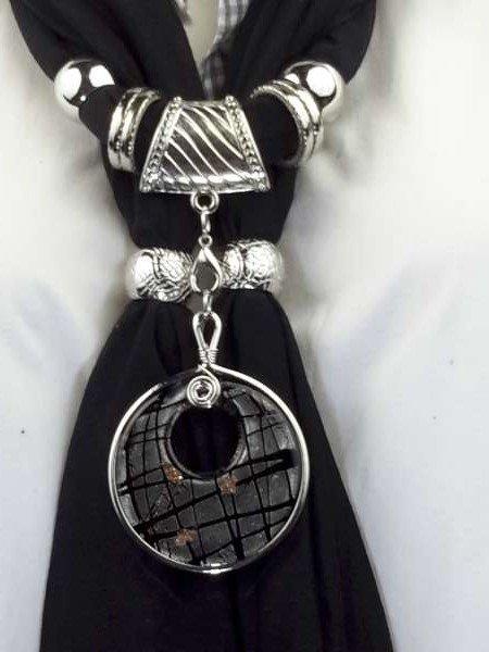 Sjaal met zwart ronde murano glashanger, penceel strepen