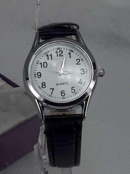 Dames horloge met zwart leer band.
