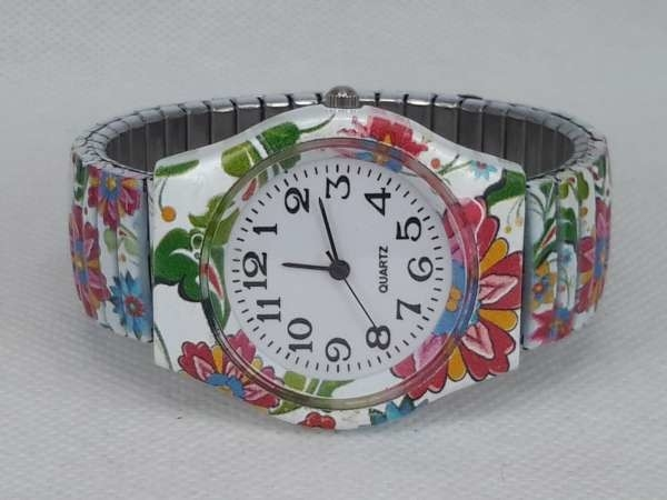 Dames rekband horloge met bloempatroon.