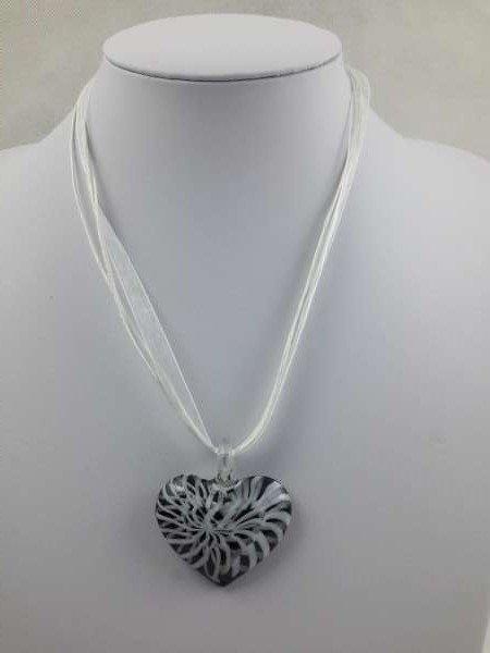 Ketting, organza, wit, 45 cm met hanger: murano wit/zwart hartje.