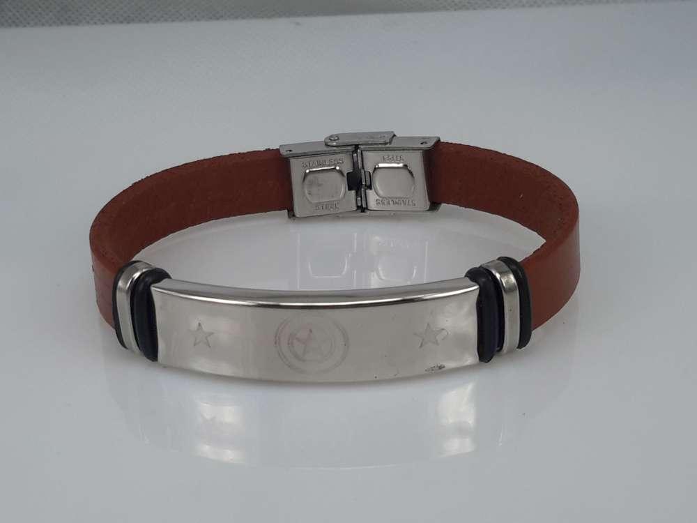 Leren armband roodbruin, plaat + 3 sterren 2 ringen gravure, sluiting edelstaal