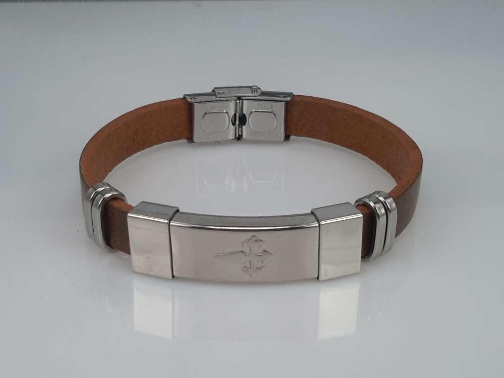 Leren armband bruin, plaat met Gotisch zwaard in houder, edelstaalsluiting