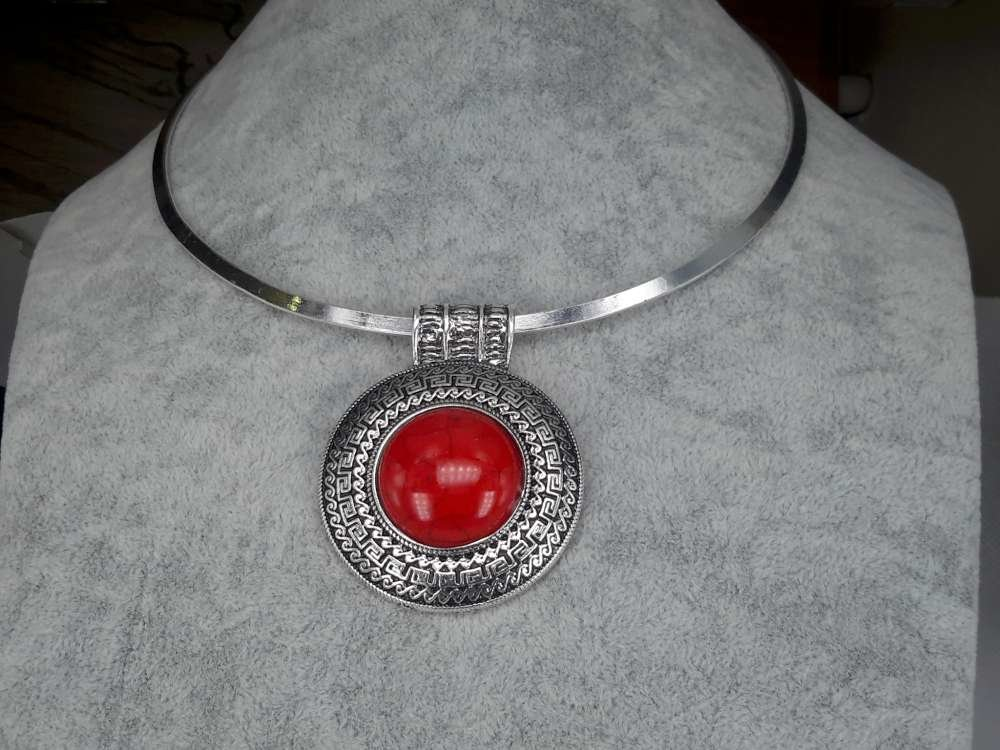 Spanger ketting, Howliet edelsteen rond, rood