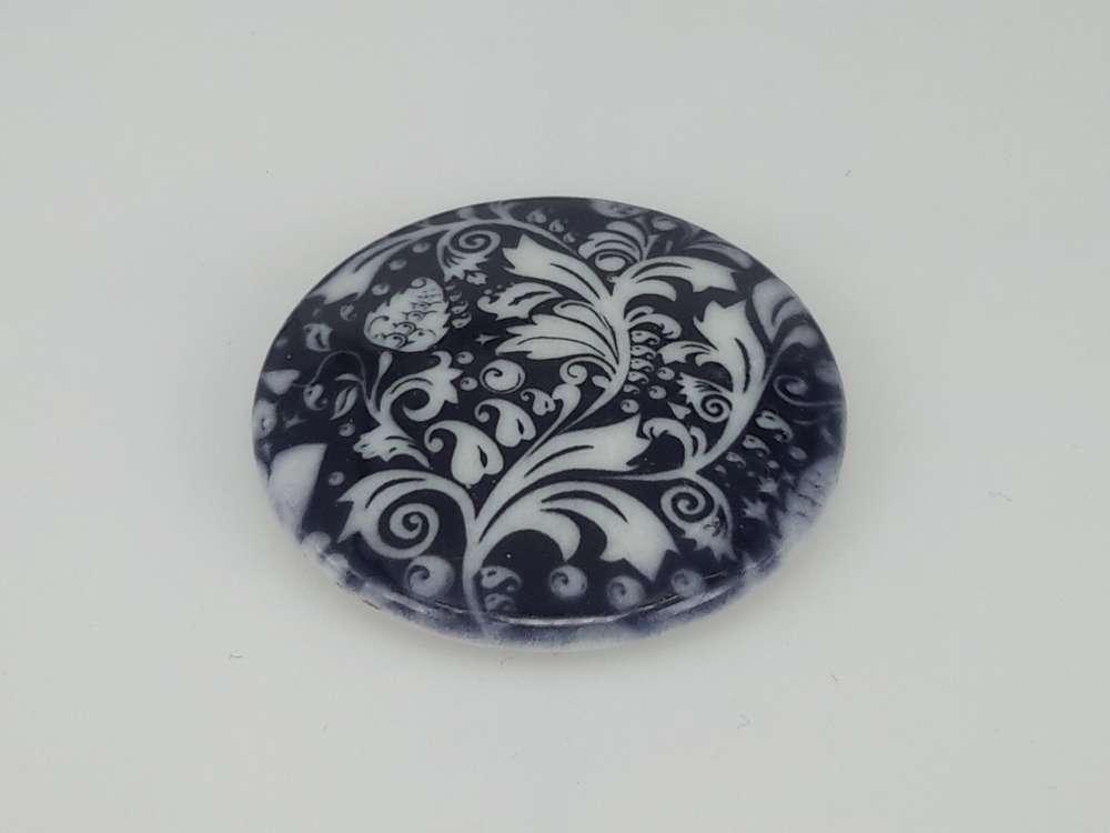 Porseleinen broche met magneetsluiting, Krullend blad