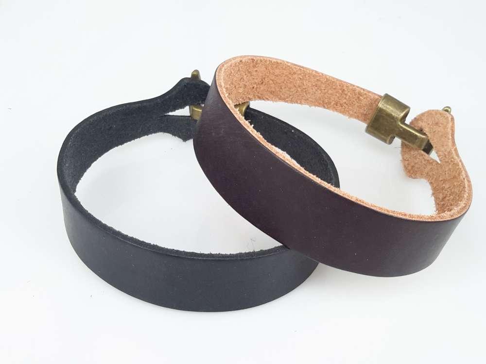 Leren armband, glad, licht gebogen, zwart of bruin