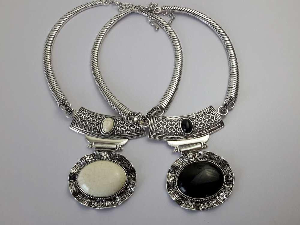 Ketting, Howliet edelsteen ovaal, gegolfd,in 2 kleur wit en zwart