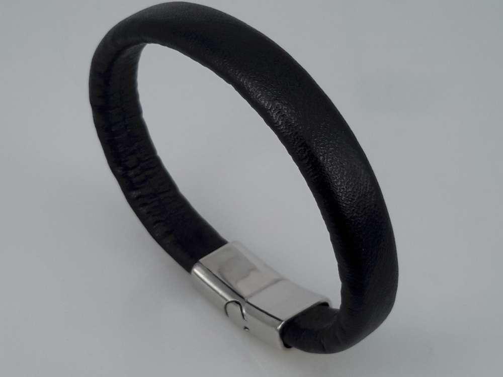 Armband van zwart Regalizleer zwart met  insteeksluiting met magneet.