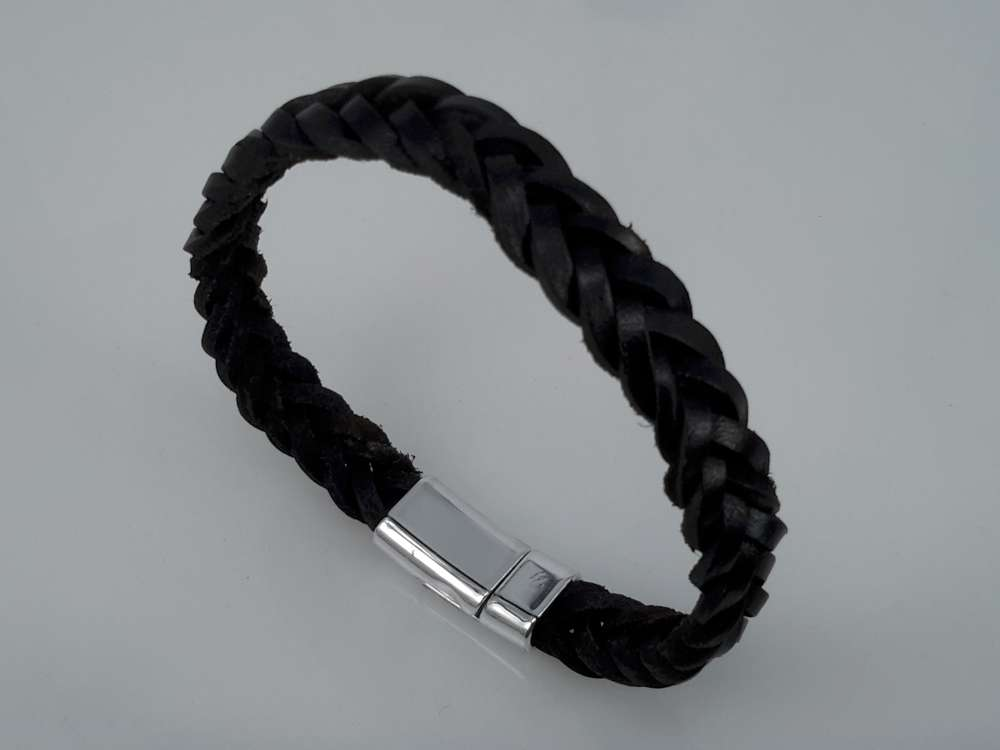 Stoere leren zwart gevlochten armband met magneet sluiting.
