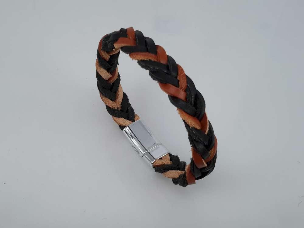 Stoere leren bruin/zwart gevlochten armband met magneet sluiting.